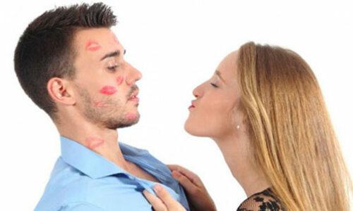 mujer buscando besar