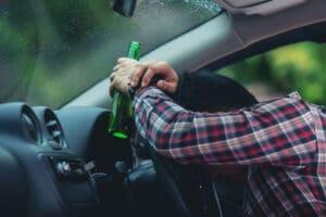 hombre con bebiendo alcohol