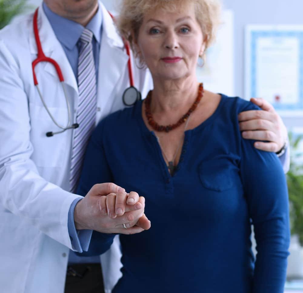 doctor-ayudando-a-una-anciana